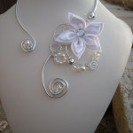 <b>N° 225 collier fil alu argent, fleur soie, perles nacrées, perles à facettes grises et transparentes 17€ frais de port offert.</b> <br />