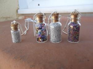 sautoir mini fiole en verre perles de rocailles ou microbilles dans colliers dscf0617-300x225